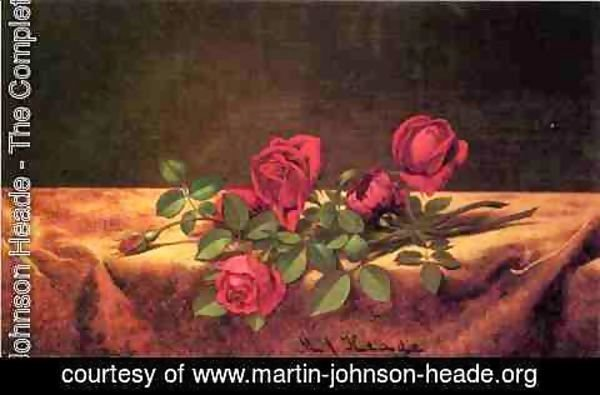 Martin Johnson Heade - Roses Lying On Gold Velvet